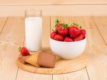 新鲜的牛奶和草莓 免版税库存图片