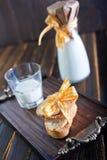 新鲜的牛奶用曲奇饼 图库摄影