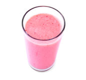 新鲜的牛奶,草莓饮料,隔绝在白色背景 在一块透明玻璃的草莓牛奶 夏天,刷新的鸡尾酒 库存图片