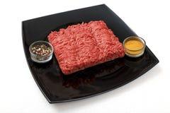 新鲜的牛肉和香料在板材 图库摄影