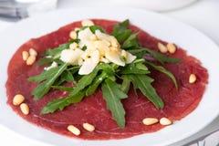 新鲜的牛肉carpaccio用沙拉 免版税库存图片