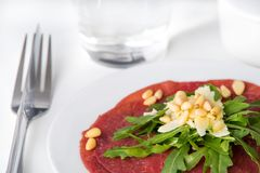 新鲜的牛肉carpaccio用沙拉 库存图片