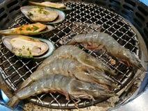 新鲜的牡蛎和虾海鲜 劫掠壳挤压大虾虾和贝类在火 可口食物 免版税库存图片