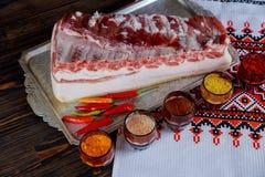 新鲜的猪肉油脂和肋骨用辣椒蕃茄和胡椒以及霉香料 图库摄影