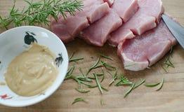 新鲜的猪肉用芥末 免版税库存图片