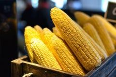 新鲜的玉米在餐馆 免版税库存图片