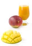 新鲜的玻璃汁液芒果 免版税图库摄影
