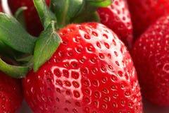 新鲜的理想的成熟草莓 食物框架背景用健康有机食品 免版税库存照片