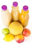 新鲜的瓶汁液用在白色隔绝的果子 库存图片