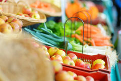 新鲜的生物水果和蔬菜在市场上 库存照片