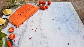 新鲜的生鱼片三文鱼,在白色大理石背景 免版税图库摄影