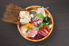 新鲜的生鱼片组合在木盆 免版税库存照片