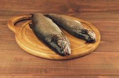 新鲜的生鱼鳟鱼是在委员会的两个片断 库存图片
