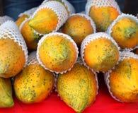新鲜的番木瓜待售 免版税库存图片