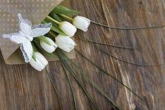 新鲜的白色郁金香花束 库存照片