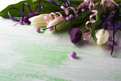 新鲜的白色郁金香装饰的花束  库存照片