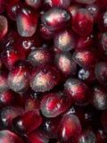 新鲜的石榴种子顶视图与水滴的 免版税库存照片