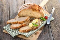 新鲜的石烤箱被烘烤的面包 库存图片