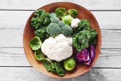 新鲜的硬花甘蓝、花椰菜和圆白菜在碗 免版税库存照片