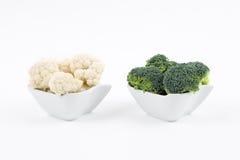 新鲜的硬花甘蓝和花椰菜在瓷滚保龄球 免版税库存照片