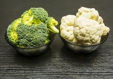 新鲜的硬花甘蓝和花椰菜在碗 库存照片