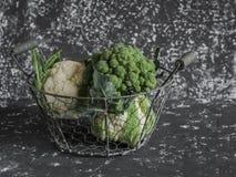 新鲜的硬花甘蓝和花椰菜在篮子 免版税库存图片