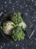 新鲜的硬花甘蓝和花椰菜在黑暗的背景 库存图片