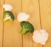 新鲜的硬花甘蓝和花椰菜在轻的木头背景  免版税库存图片