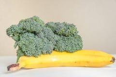 新鲜的硬花甘蓝在香蕉,健康饮食概念发芽 免版税库存图片