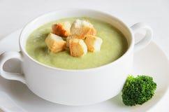 新鲜的硬花甘蓝奶油汤供食用油煎方型小面包片 图库摄影