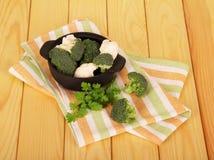 新鲜的硬花甘蓝,在平底锅,荷兰芹,在轻的木头的毛巾的花椰菜 免版税库存图片