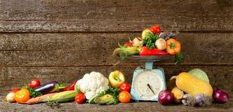 新鲜的秋天菜的大构成在木长的横幅褐色背景的 免版税库存图片