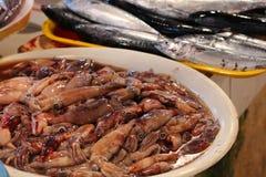新鲜的章鱼和鱼在市场上 库存照片