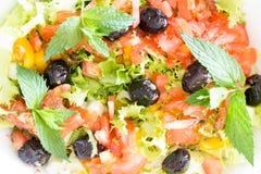 新鲜的简单的地中海沙拉用橄榄 免版税库存照片