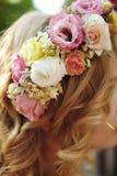 新鲜的精美不可思议的婚礼花圈白色桃红色和黄色玫瑰 免版税库存照片