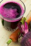 新鲜的红色甜菜汁特写镜头  库存图片