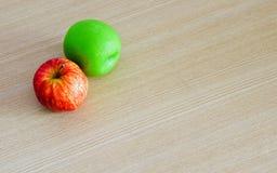 新鲜的红色苹果和绿色苹果顶视图在木桌backgr 免版税库存图片