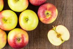 新鲜的红色苹果詹姆斯在棕色木头追悼 免版税图库摄影