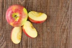 新鲜的红色苹果詹姆斯在棕色木头追悼 免版税库存照片