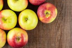 新鲜的红色苹果詹姆斯在棕色木头追悼 库存图片