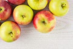 新鲜的红色苹果詹姆斯在灰色木头追悼 免版税库存图片