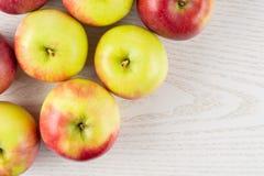 新鲜的红色苹果詹姆斯在灰色木头追悼 库存图片