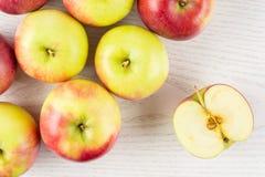 新鲜的红色苹果詹姆斯在灰色木头追悼 库存照片