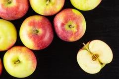 新鲜的红色苹果詹姆斯在黑木头追悼 库存图片