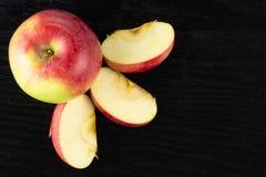新鲜的红色苹果詹姆斯在黑木头追悼 免版税图库摄影