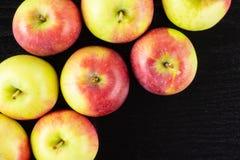 新鲜的红色苹果詹姆斯在黑木头追悼 免版税库存照片