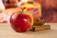 新鲜的红色苹果詹姆斯追悼与土气厨房 免版税库存照片