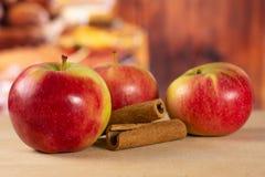 新鲜的红色苹果詹姆斯追悼与土气厨房 库存照片