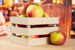 新鲜的红色苹果詹姆斯追悼与土气厨房 免版税图库摄影