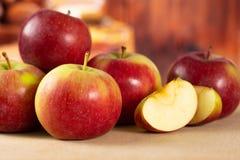 新鲜的红色苹果詹姆斯追悼与土气厨房 库存图片